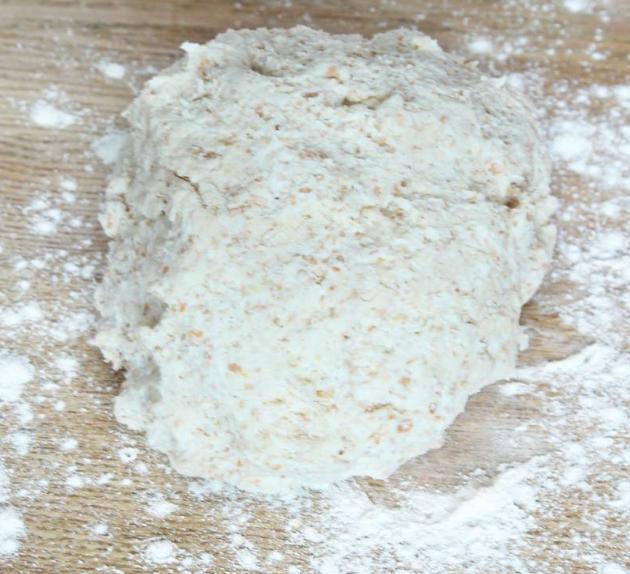 1. Sätt ugnen på 250 grader. Nyp ihop smöret med de torra ingredienserna. Tillsätt mjölken och blanda ihop allt till en kladdig deg. Rulla den kladdiga degen ett varv i vetemjöl så den inte klibbar fast på bordet och i händerna.