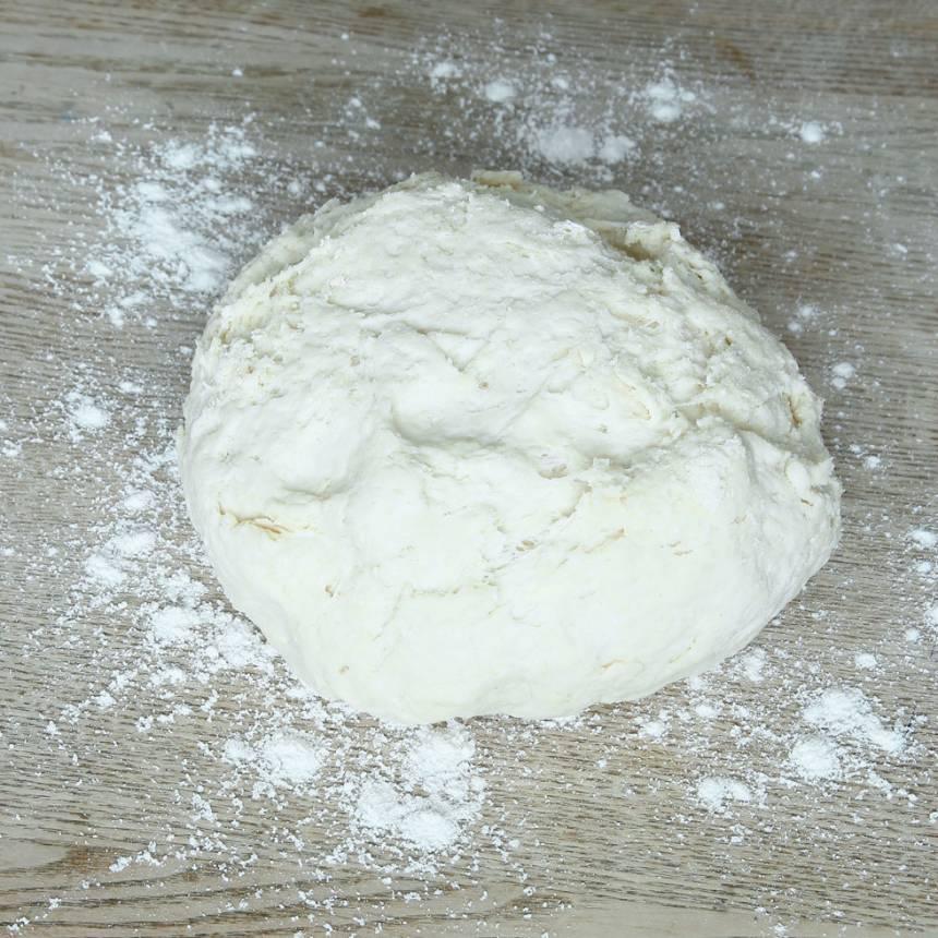 1. Sätt ugnen på 250 grader. Blanda bakpulver, salt, vetemjöl och rågsikt i en bunke. Tillsätt smör och nyp ihop det ordentligt med mjölblandningen. Häll ner mjölken och blanda ihop allt till en lite kladdig deg.