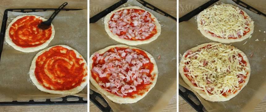 3. Bred ut tomatsås på bottnarna. Strö över skinka, ost och oregano (eller annan valfri fyllning).