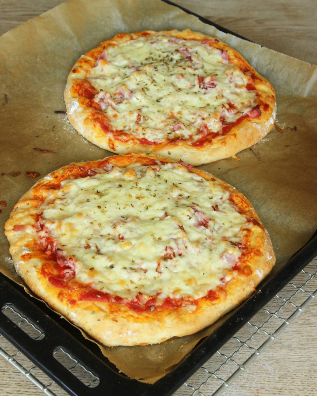 4. Grädda pizzorna mitt i ugnen i 12–14 min. Tänk på att värmen i olika ugnar kan variera så håll koll på gräddningen mot slutet.