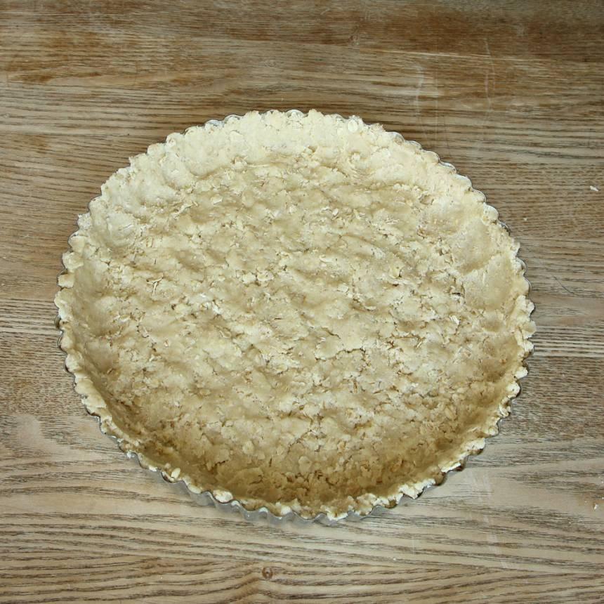 2. Tryck ut degen i en pajform, ca 24 cm i diameter (en rund springform går också bra). Tryck upp en kant, ca 2 cm hög.