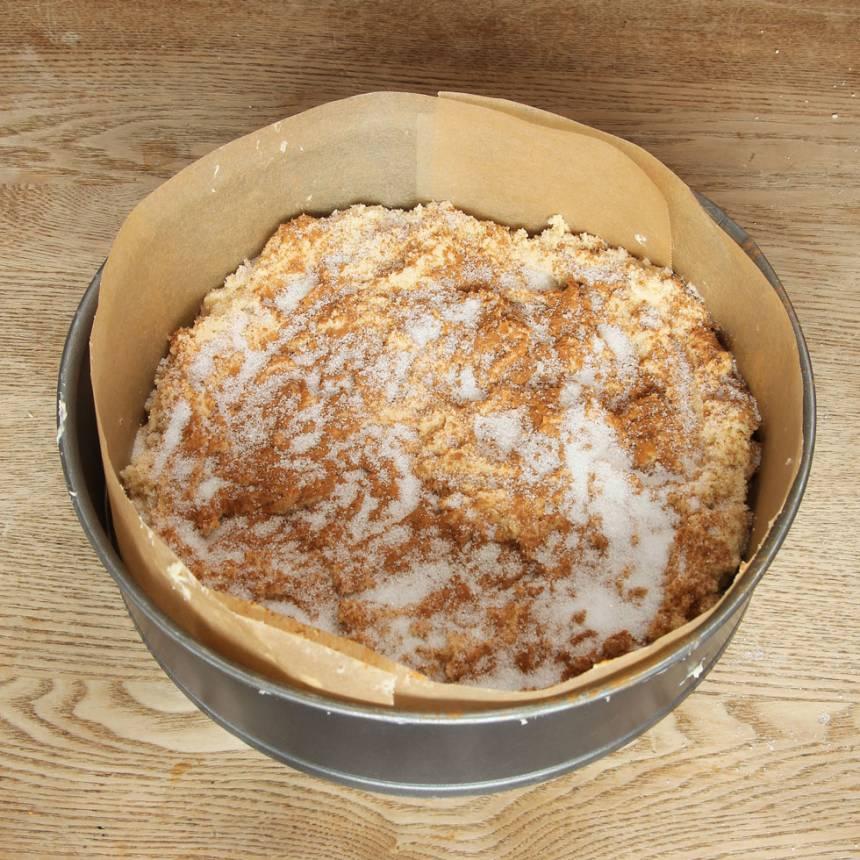 2. Fördela hälften av degen i en smord och bröad spring, form (eller klädd med bakplåtspapper). Strö över ett rivet äpple, strö över kanel och strösocker i valfri mängd.