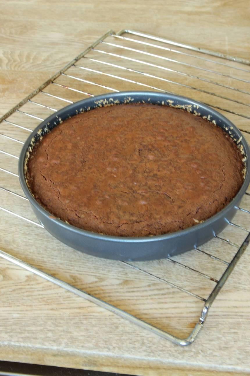3. Grädda kakan längst ner i ugnen i 26–30 min. (Gräddningen är lite längre än en vanlig kladdkaka eftersom den innehåller mer smet. Låt den kallna i formen. Pudra florsocker över kakan före servering.