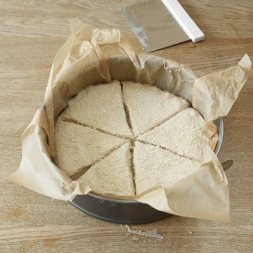 3. På morgonen: Pensla brödet med mjölk och strö över sesamfrön. Låt det jäsa under bakduk i ca 50 min. Sätt ugnen på 250 grader.
