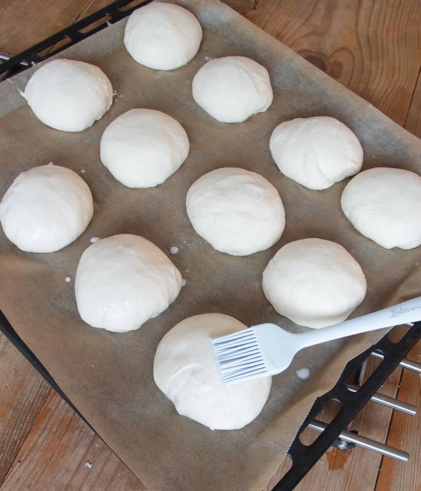 3. På morgonen: Ta fram plåten och låt den stå i rumstemperatur medan ugnen blir varm. Sätt ugnen på 250 grader. Pensla bullarna med mjölk.