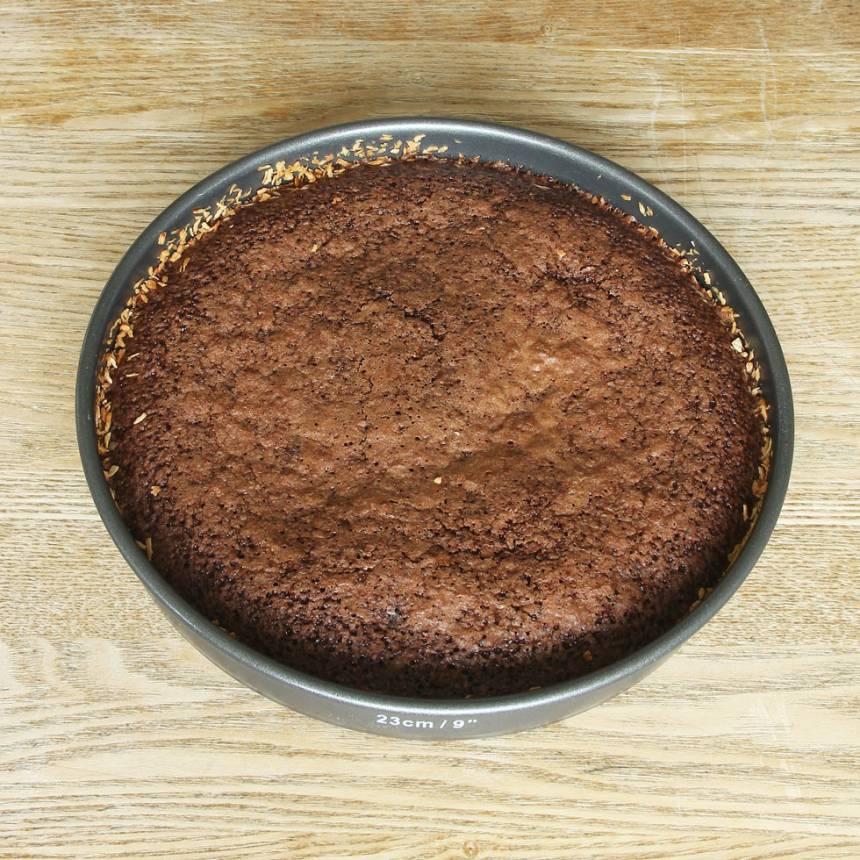 3. Grädda kakan mitt i ugnen i ca 24 min. Ta ut kakan och låt den stå i ca 15 min. Höj värmen till 250 grader när du tar ut kakan.