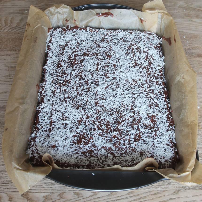 5. Bred ut glasyren över kakan och strö över kokos. Låt glasyren stelna. Skär kakan i rutor med en vass kniv.