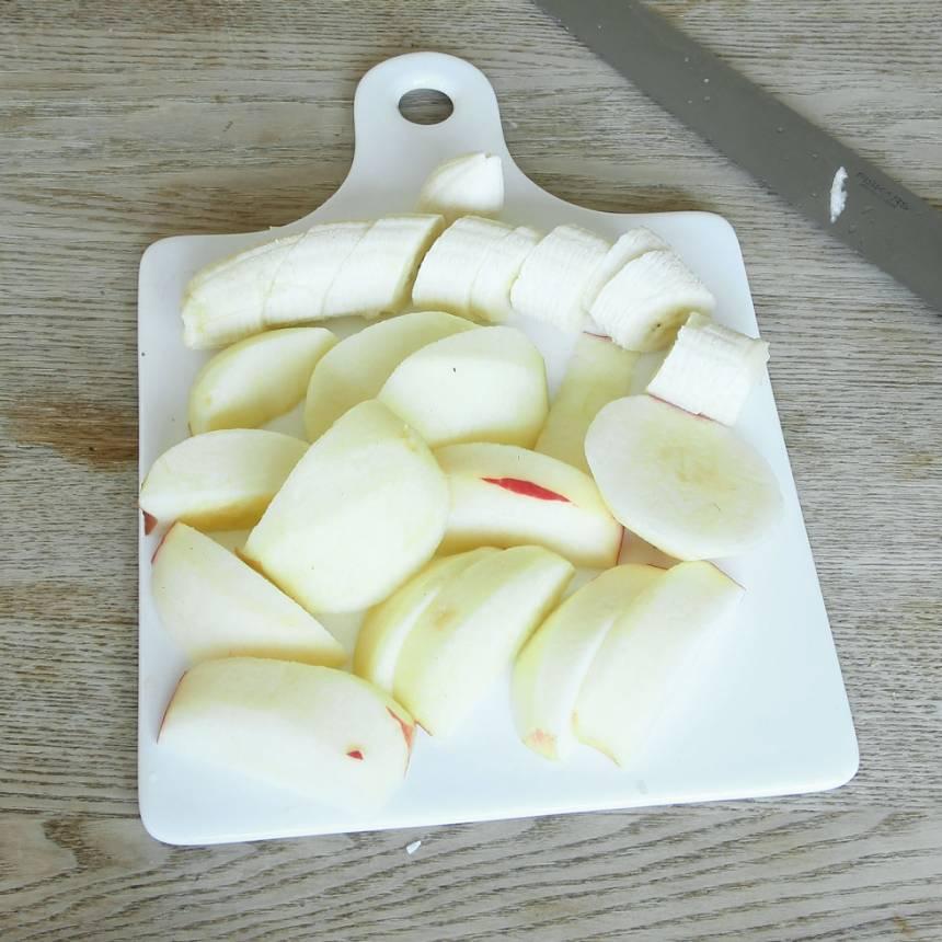 1. Skala och skiva äpplena. Skär bananen i skivor.