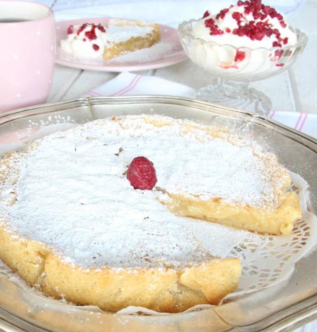 Drömgod vit chokladkladdkaka med hallongrädde – klicka här för recept!