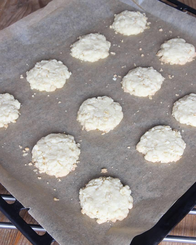 3. Grädda kakorna mitt i ugnen i 16–18 min. Låt dem kallna och stelna helt på plåten.