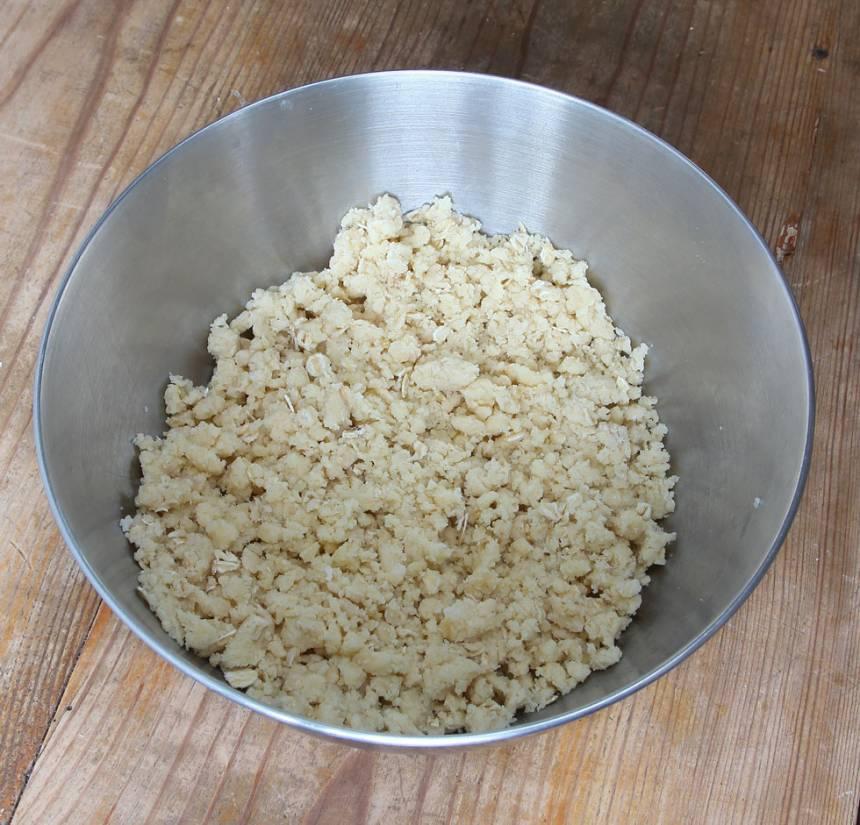 3. Smuldeg: Nyp ihop smöret med de torra ingredienserna till en smulig deg.