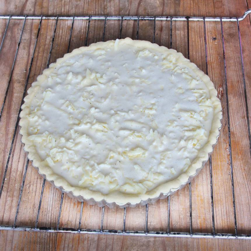6. Häll ägg- & gräddblandningen jämnt över osten.