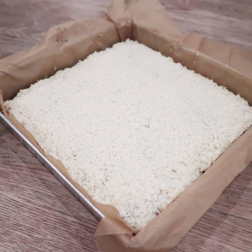 5. Bred ut smeten över kakan och ställ den i kylen en stund för att stelna. Skär den sedan i rutor.