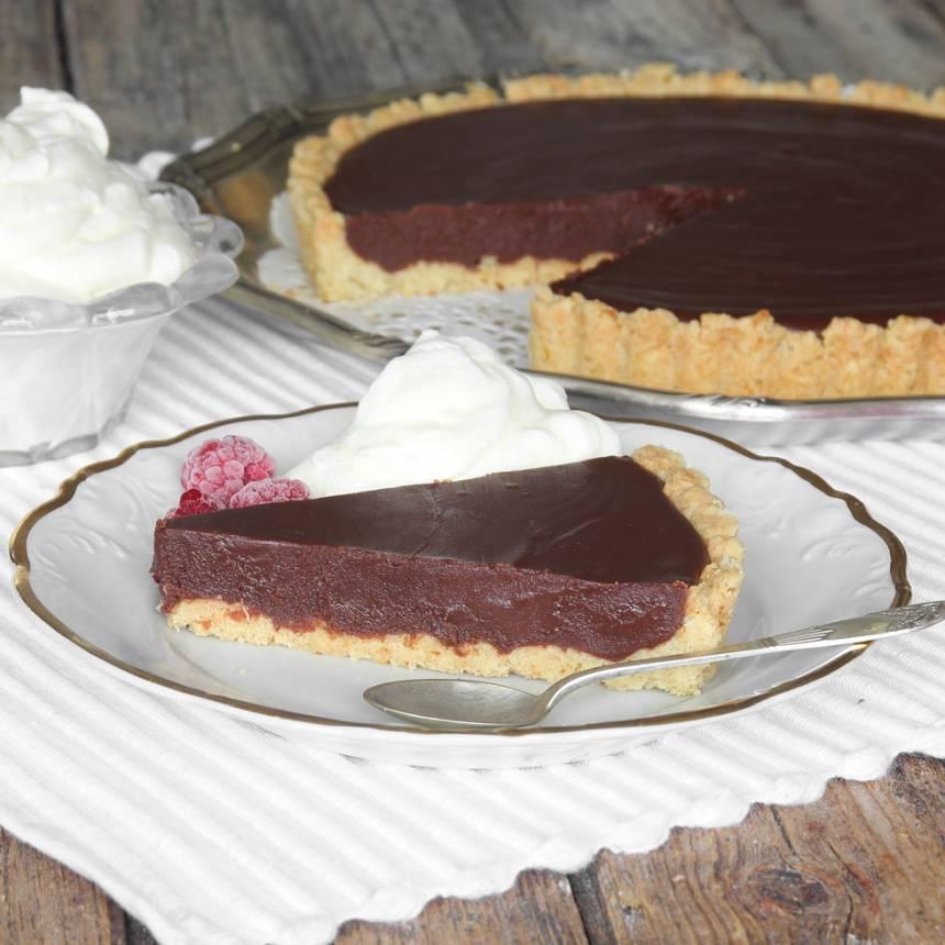 Superläcker, ljuvligt god chokladkolapaj med smulig pajbotten –klicka här för recept!