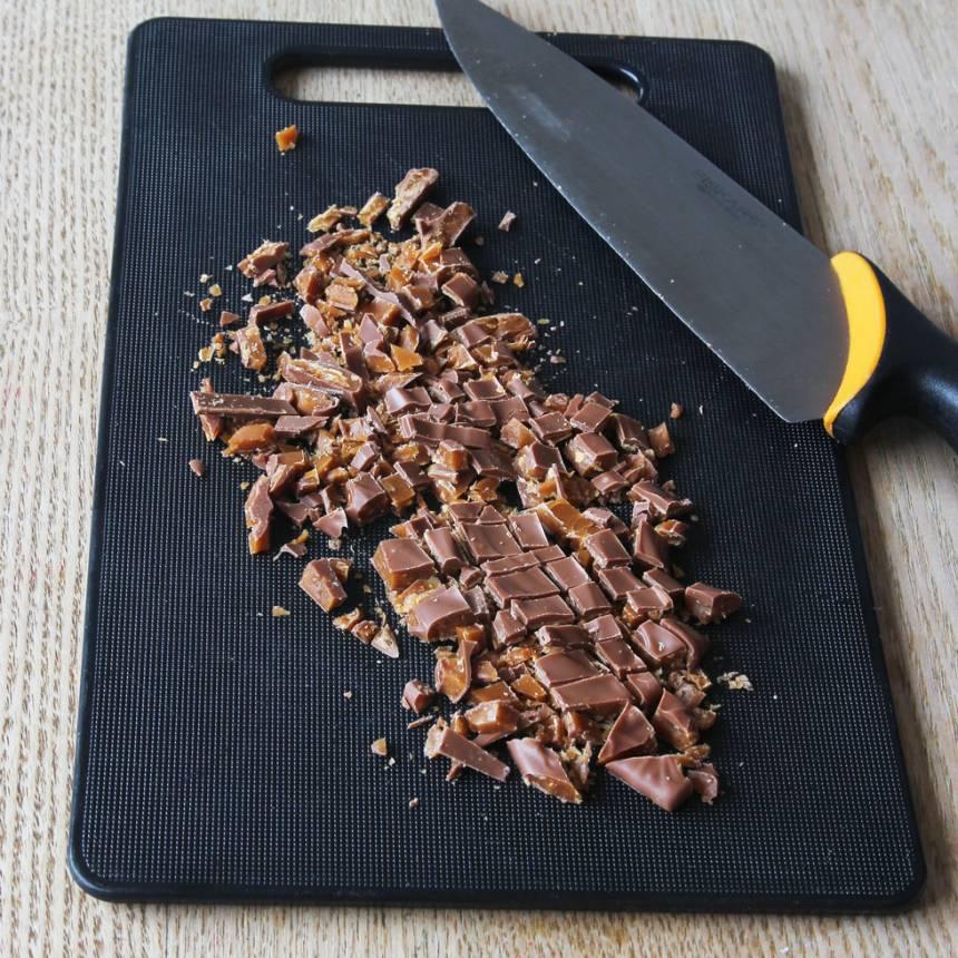 6. Hacka Daimen och strö den över fudgen. Ställ kakan i kylen tills budgen stelnat (ett par timmar). Skär kakan i rutor.