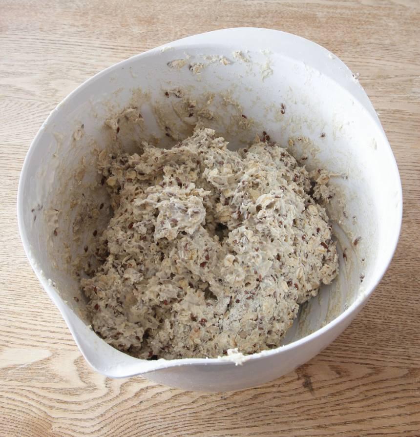 1. Sätt ugnen på 180 grader. Blanda ihop alla torra ingredienser i en bunke. Tillsätt filmjölken och rör om till en kladdig deg.