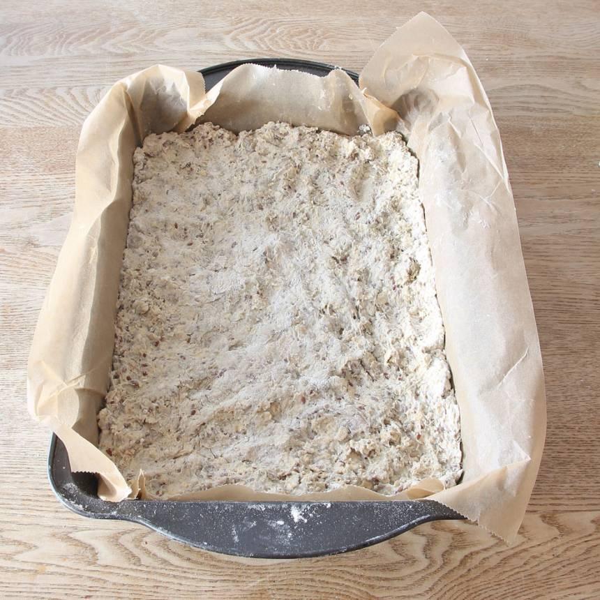 2. Tryck ut degen i en ugnsform, ca 20 x 28 cm, klädd med bakplåtspapper.