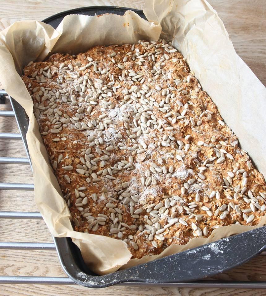 4. Grädda brödet mitt i ugnen i 30–35 min. Låt det svalna i formen. Skär det i rutor när det svalnat.