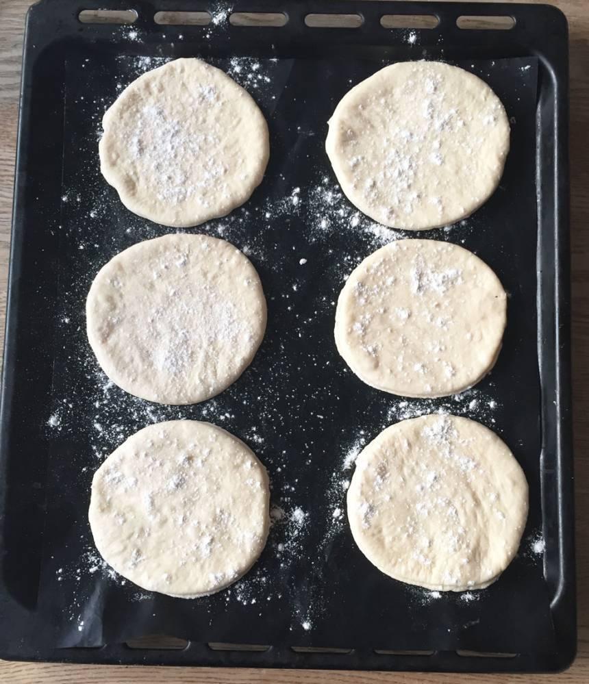 4. Lägg degkakorna på en plåt med bakplåtspapper.
