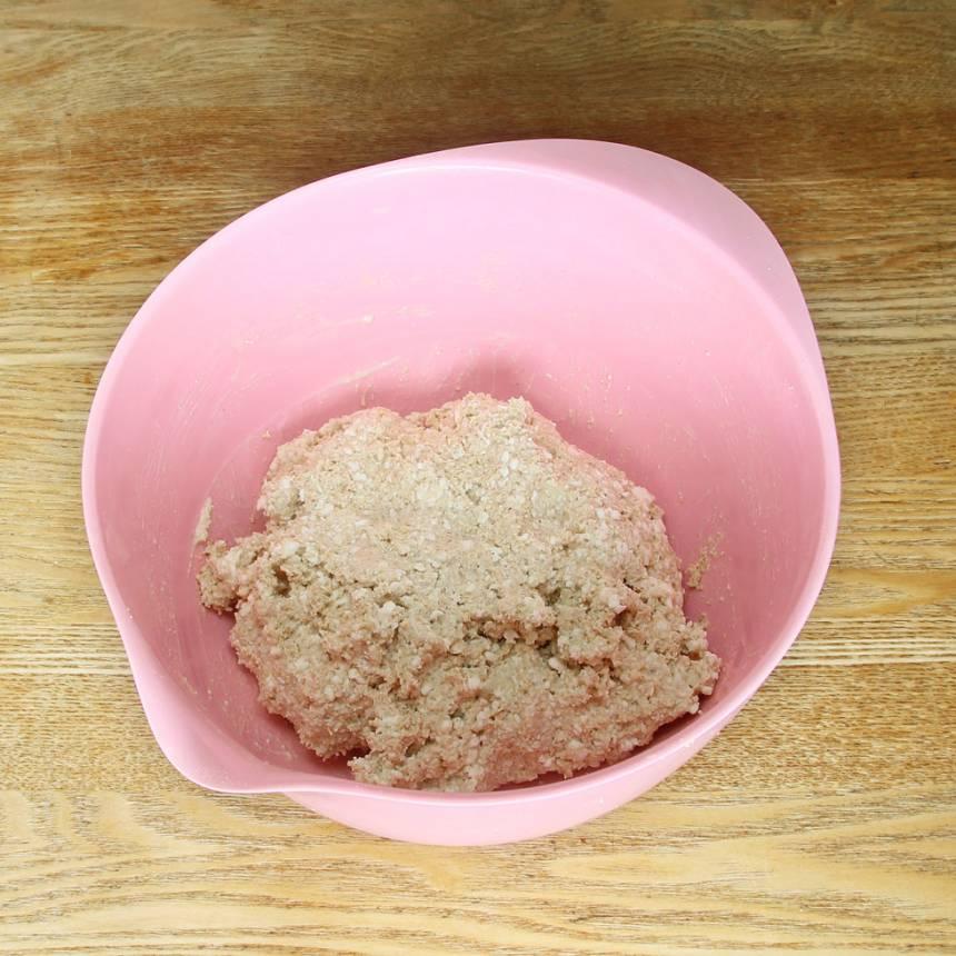 2. Blanda ihop havregrynsmixet, bakpulver och salt i en bunke. Rör om. Tillsätt Keso och filmjölk och bland ihop allt till en kladdig deg.