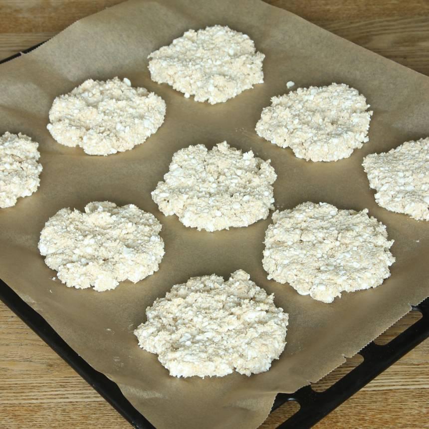 3. Forma runda kakor, ca 1 ½ cm tjocka och lägg dem på en plåt med bakplåtspapper.