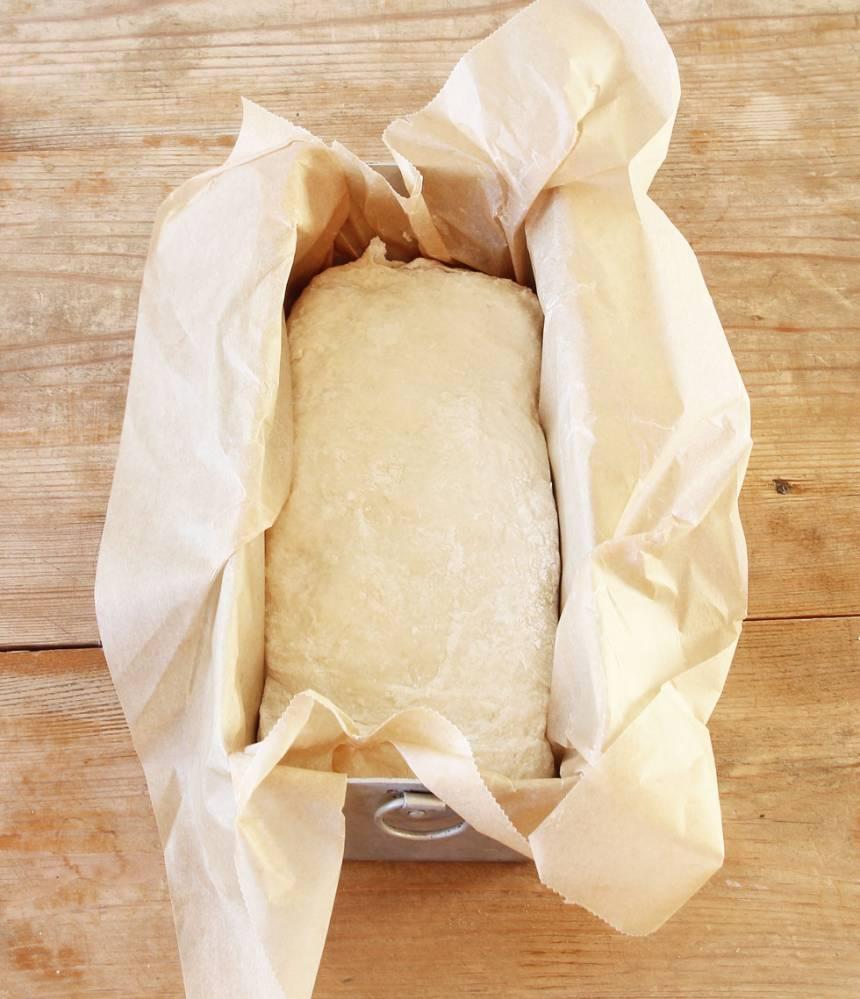 2. Forma degen till en limpa med mjölade händer. Lägg den i en limpform, ca 1 ½ liter, klädd med bakplåtspapper.