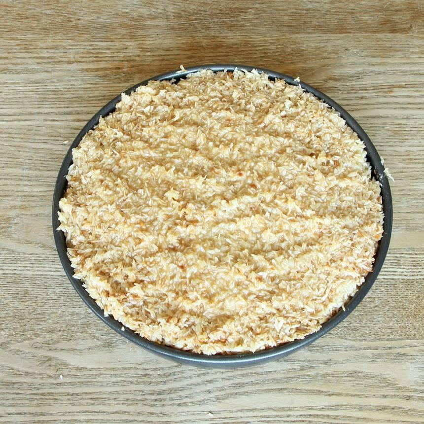 5. Bred ut kokostoscan ovanpå kladdkakan i formen.