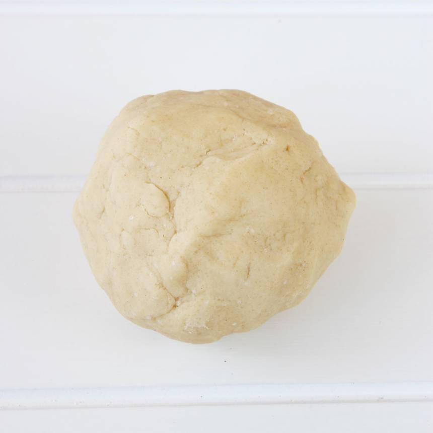 1. Sätt ugnen på 200 grader. Nyp ihop smöret med strösocker, salt och vetemjöl till en deg.