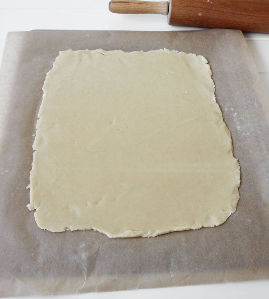 2. Kavla ut degen till en rektangel, ca 3–4 mm tunn på ett bakplåtspapper.