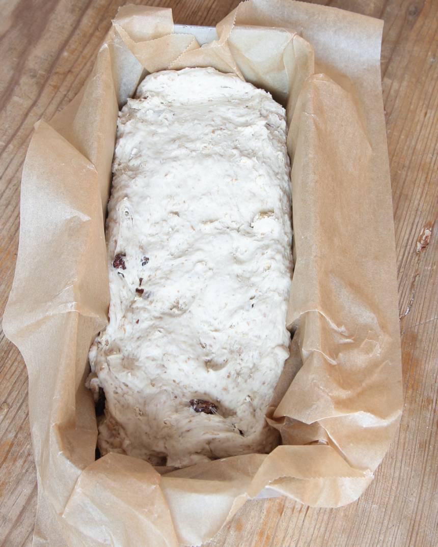 2. Forma degen till en längd (lika långa som limpformen). Lägg den i limpformen, ca 1 ½ liter, klädd med bakplåtspapper. Låt den jäsa under bakduk i ca 30 min. Sätt ugnen på 225 grader.