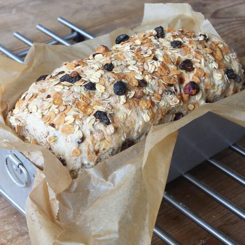 4. Grädda brödet längst ner i ugnen i ca 40 min. Sänk värmen till 180 grader efter halva tiden. Låt den svalna i formen.