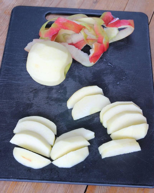 3. Skala äpplena och skär dem i klyftor.