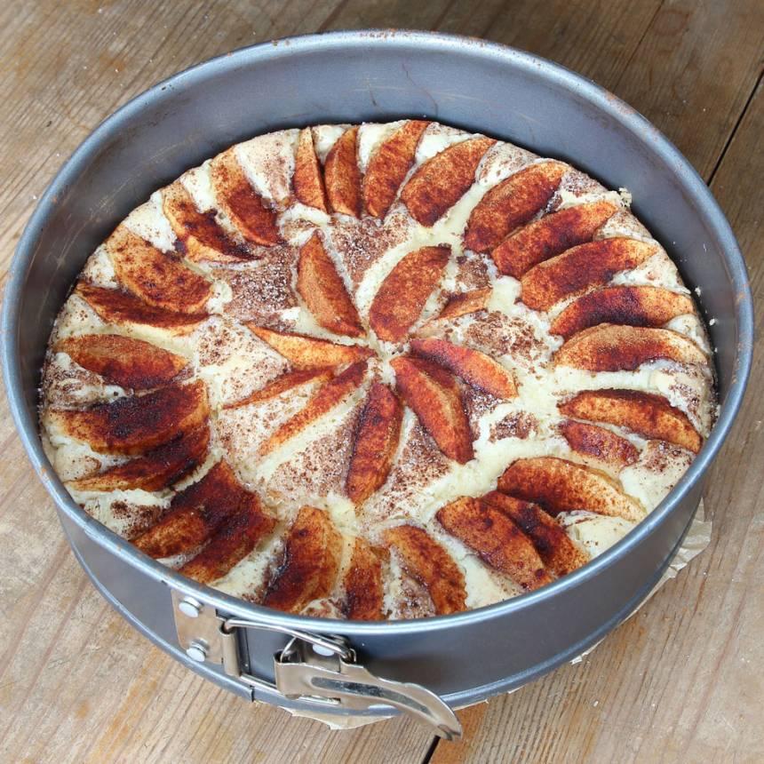 5. Grädda kakan mitt i ugnen i ca 45 min. Låt den kallna i formen. Servera den gärna med vaniljsås, glass eller vispgrädde.