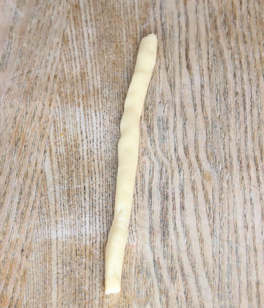 2. Dela degen i ca 20 lika stora bitar. Rulla dem till längder, ca 20 cm.
