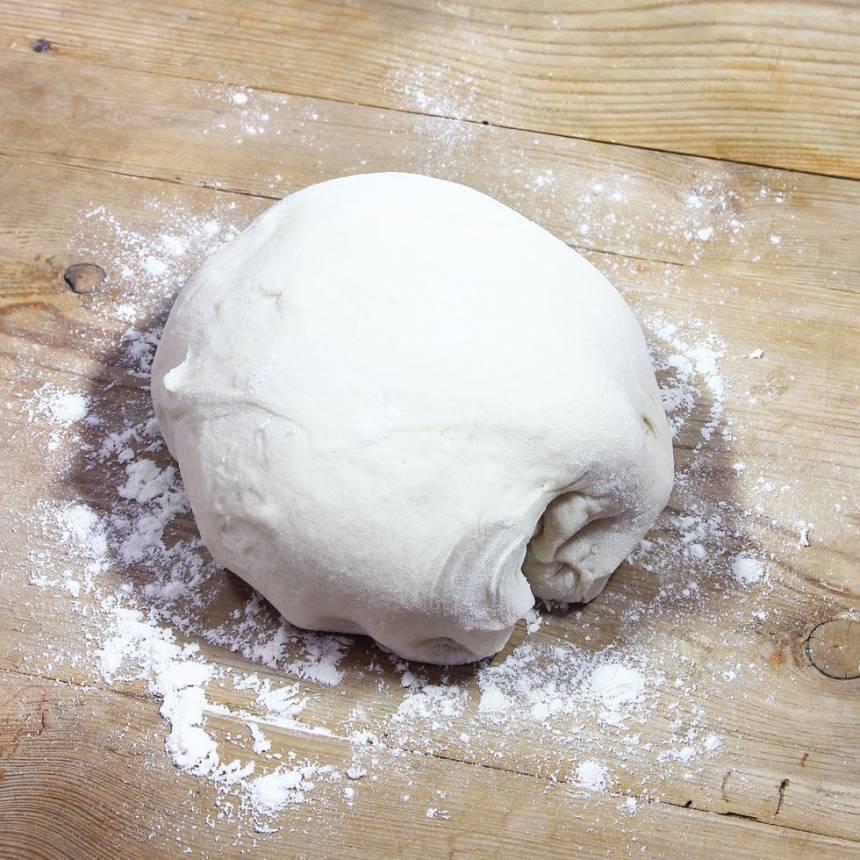 1. Smula ner jästen i en bunke. Tillsätt vatten eller mjölk och blanda tills jästen lösts upp. Tillsätt salt, rapsolja och vetemjöl, lite i taget. Blanda ihop allt till en smidig deg och låt den jäsa under bakduk i ca 45 min.