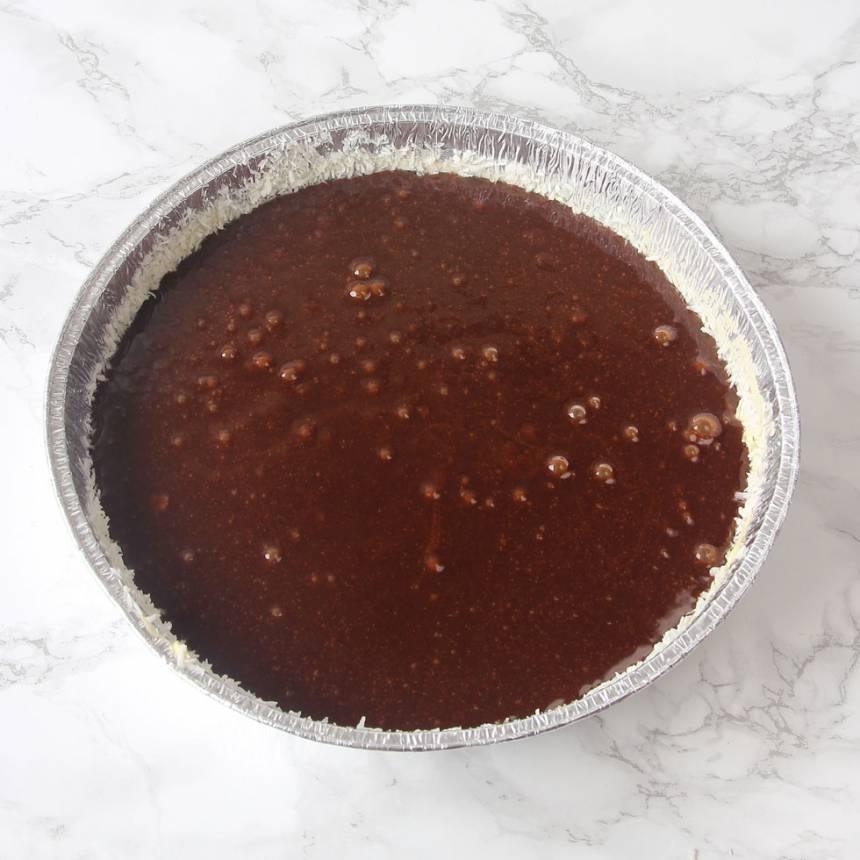 2. Häll smeten i en smord och bröad springform (bröa med kokos), 23–24 cm i diameter.