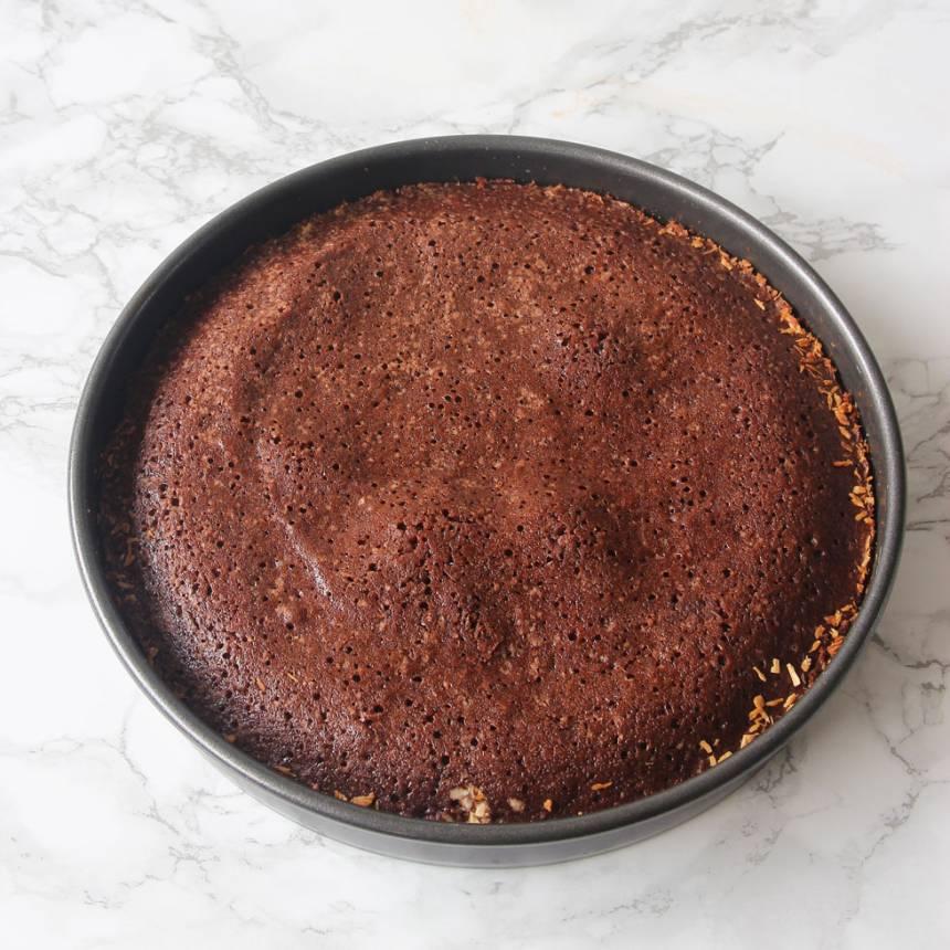 2. Häll smeten i en smord och bröad form, 23–24 cm i diameter. Bröa med kokos eller ströbröd. Grädda kakan mitt i ugnen i 20–24 min beroende på hur kladdig du vill ha den. Låt den kallna i formen.