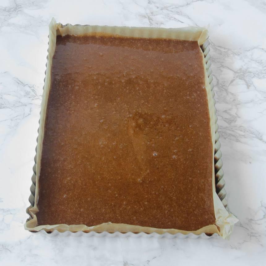 2. Häll smeten i en form, ca 20–28 cm, klädd med bakplåtspapper. Strö över pärlsocker.