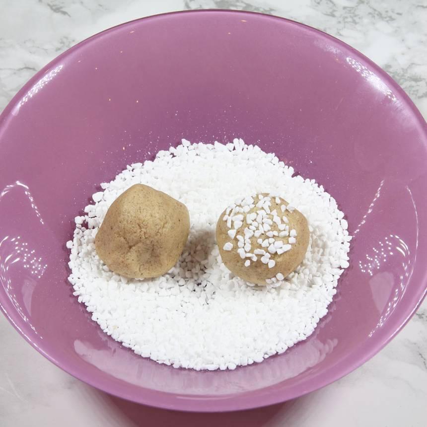 2. Rulla ca 20 bollar av degen. Doppa ovansidan på bollarna i en skål med pärlsocker.