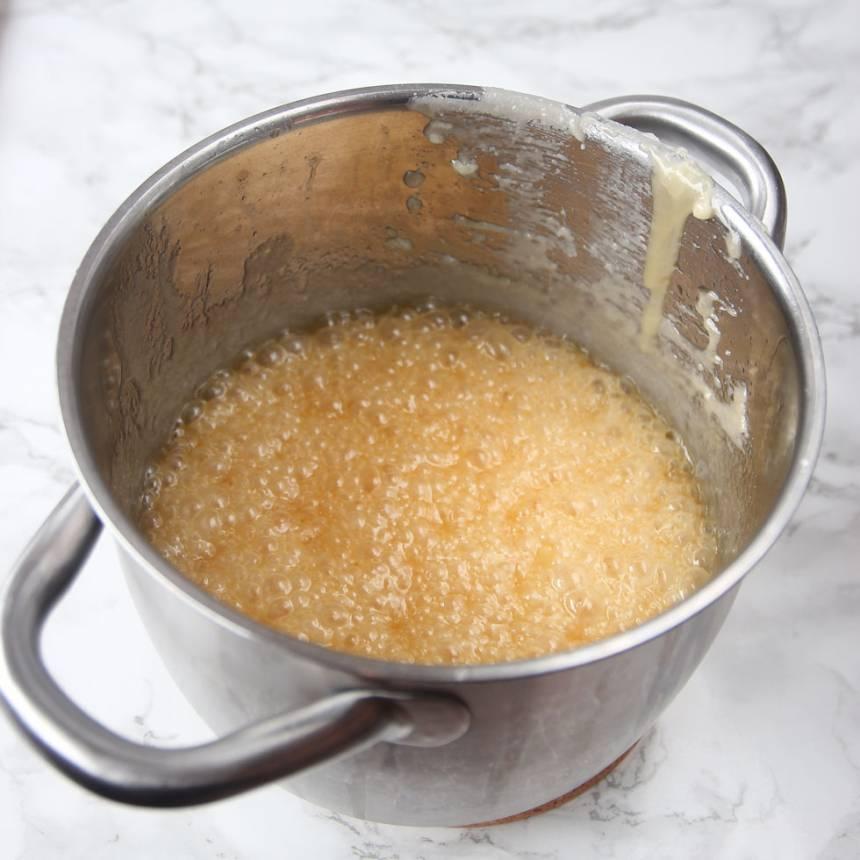 1. Smält smöret i en kastrull. Tillsätt resten av ingredienserna och låt allt koka till 150 grader. Koka på ganska hög värme, men inte så det bränns fast.