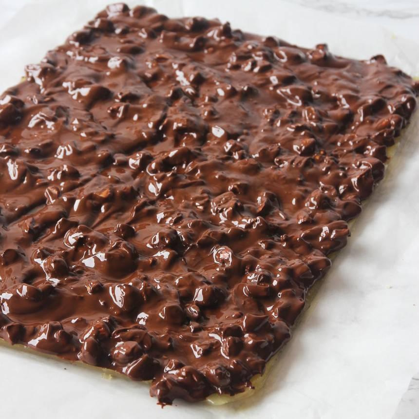 6. Bred ut chokladen på bottnen. Låt den stelna i kylen. Bryt bräcken i bitar.