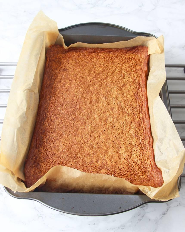 4. Grädda kakan längst ner i ugnen i 43–45 min. Låt den kallna i formen. Skär gärna kakan i rutor innan du brer på glasyren så blir det mindre kladdigt när du lossar rutorna från varandra.