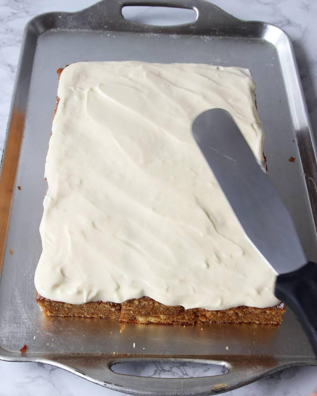 5. Glasyr: Vispa ihop alla ingredienser med en elvisp till fluffig glasyr. Bred ut den jämnt över rutorna.