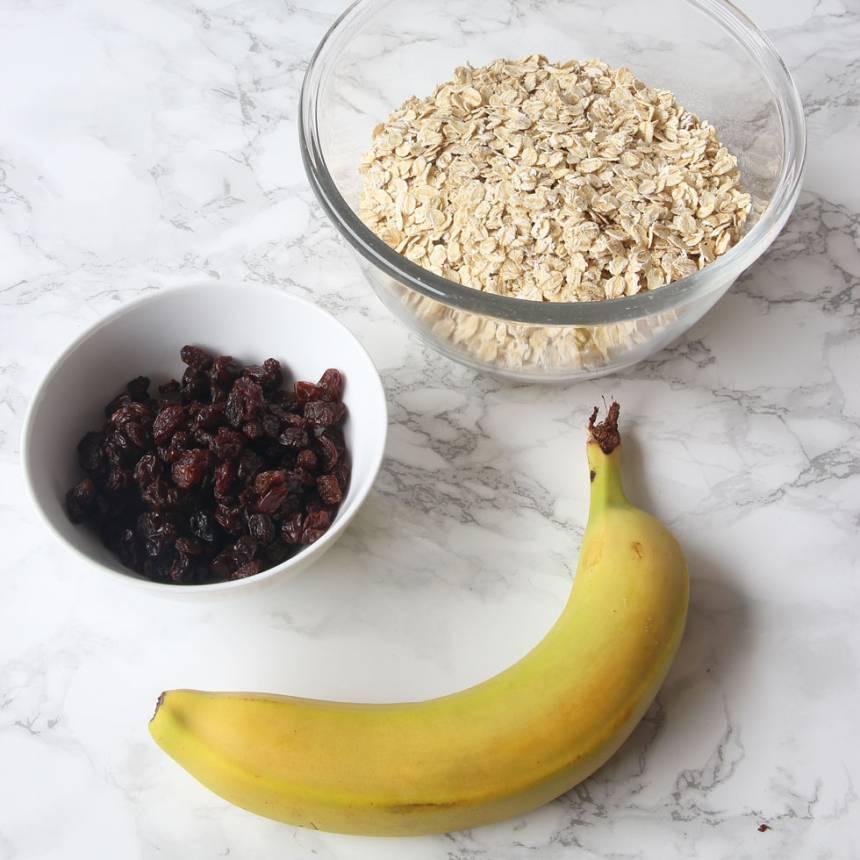 1. Sätt ugnen på 180 grader. Ta fram banan, havregryn och russin.
