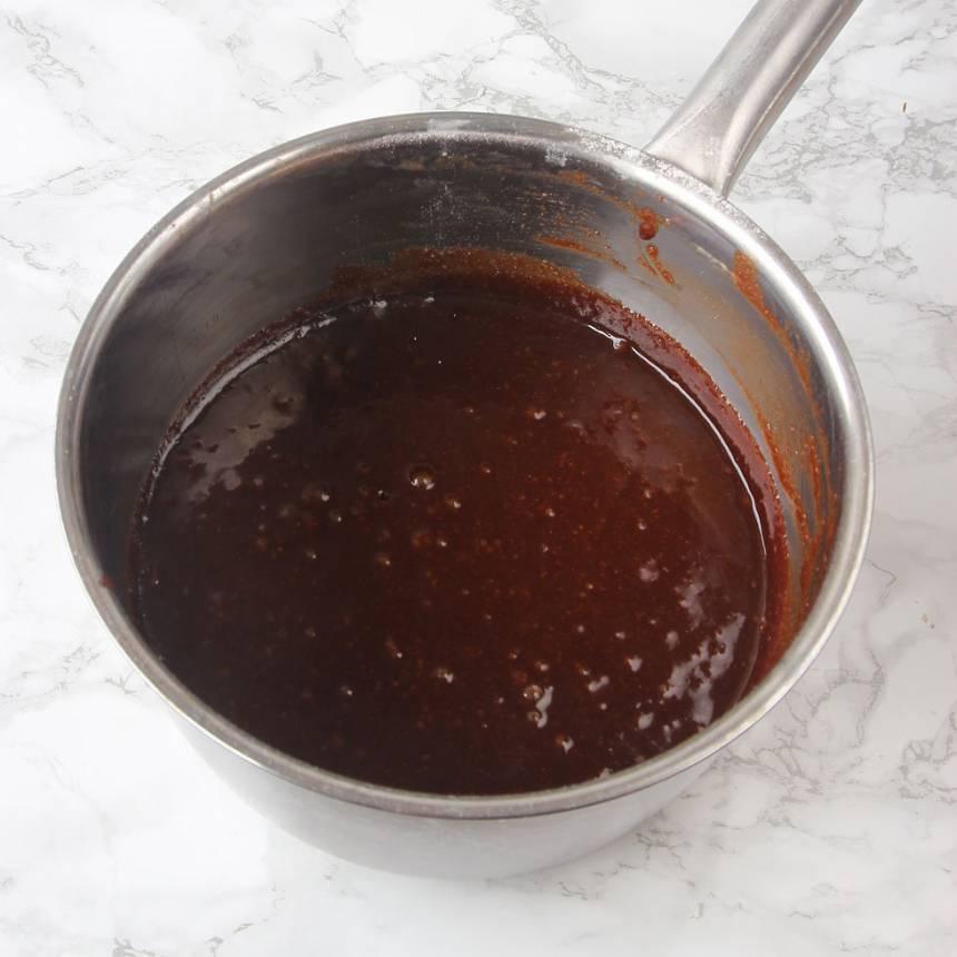 1. Sätt ugnen på 180 grader. Smält smöret i en kastrull. Tillsätt resten av ingredienserna och blanda snabbt ihop allt till en slät smet.