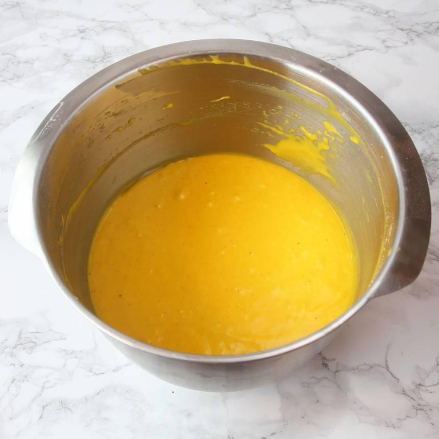 1. Sätt ugnen på 180 grader. Vispa ägg och strösocker pösigt i en bunke. Blanda saffran, vetemjöl och bakpulver. Rör ner det i äggblandningen ihop med smör och mjölk. Vispa ihop allt till en slät smet.
