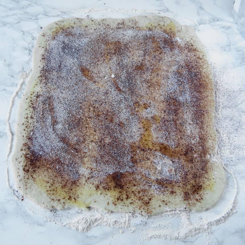 3. Fyllning: Bred ut smöret på degplattan och strö över kanel och strösocker.