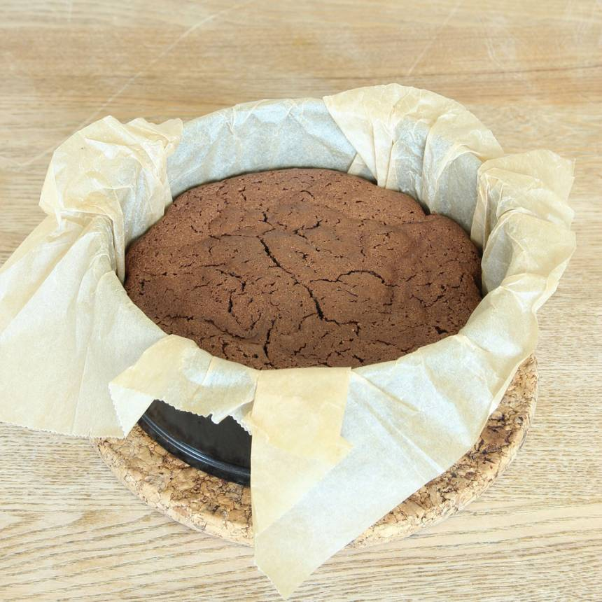 8. Grädda kakan mitt i ugnen i 35–40 min. Låt den svalna i formen. (Kakan sjunker ihop när den svalnar). Pudra eventuellt över florsocker före servering. Servera gärna kakan med vispgrädde och hallon, eller ät den som den här.