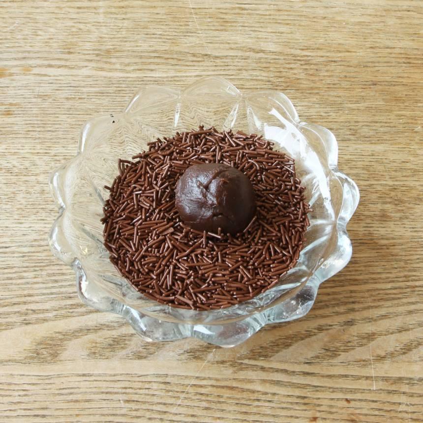 4. Rulla bollarna i chokladströssel (eller kokos). Förvara kolorna i en burk med tätslutande lock i kylen.