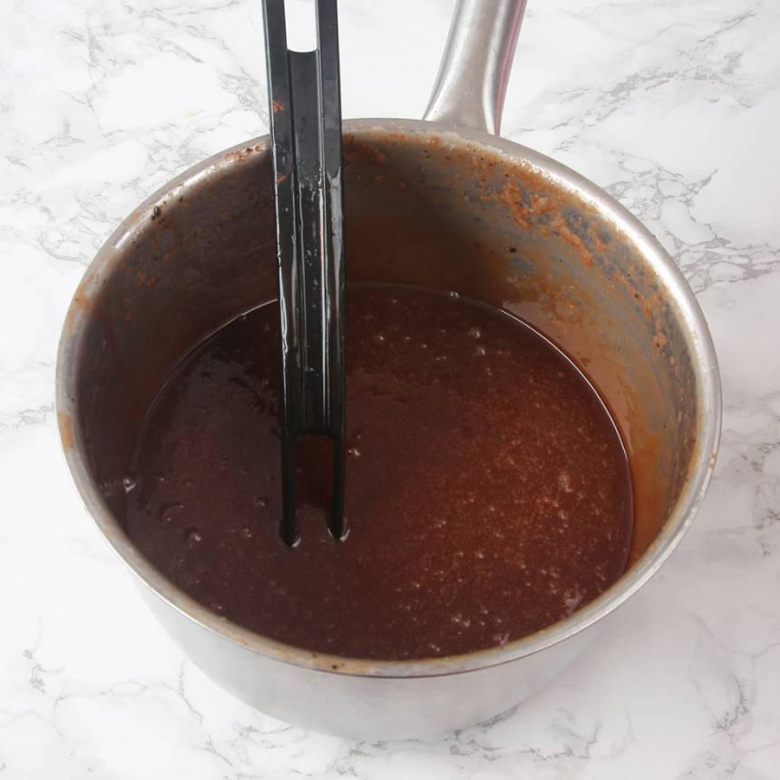 3. Blanda vispgrädde, sirap, strösocker och kakao i en 3–4 liters kastrull. Låt det koka till ca 124 grader. Stäng av värmen och tillsätt smöret. Rör om ordentligt.